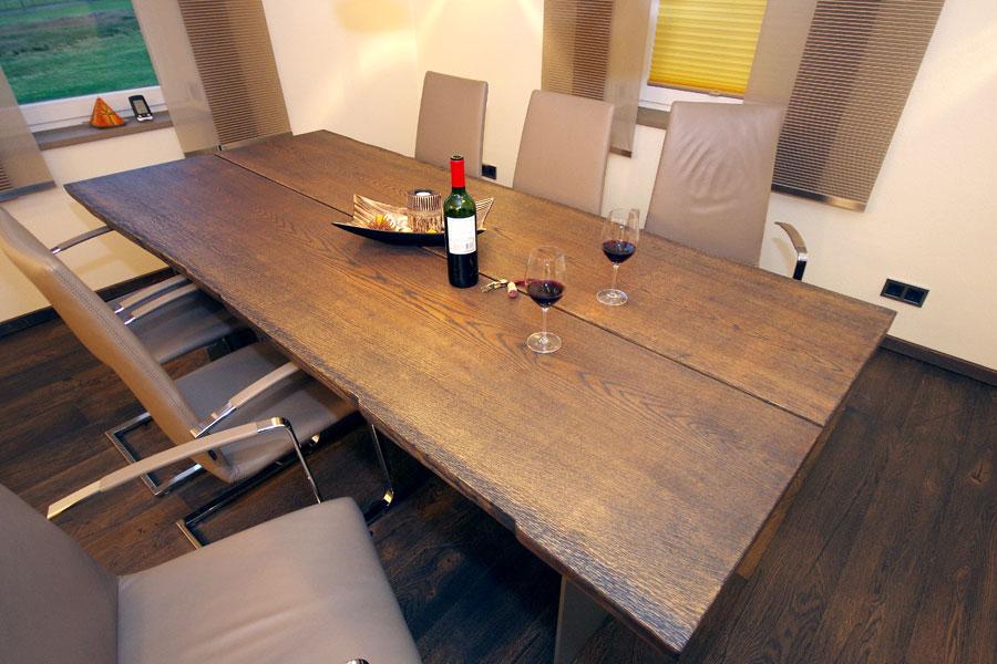 Esstisch mit Stahlkufen und Baumkante