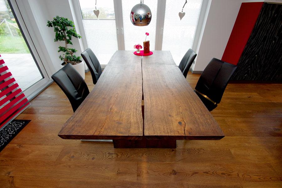 Esstisch mit Holzkufen und Baumkante